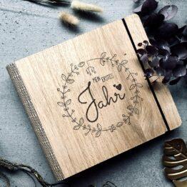 Fotobuch Baby 1. Jahr aus Holz mit Meilensteinkarten